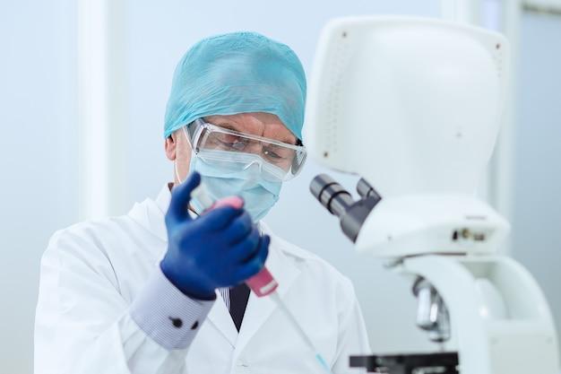 Fechar-se. um biólogo cientista trabalha em um laboratório. ciência e saúde.