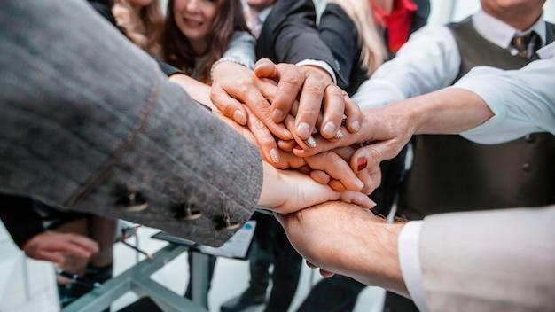 Fechar-se. um grupo de empresários mostrando seu sucesso geral