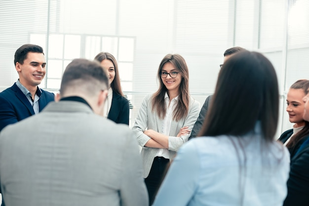 Fechar-se. um grupo de funcionários discutindo novas ideias. o conceito de trabalho em equipe