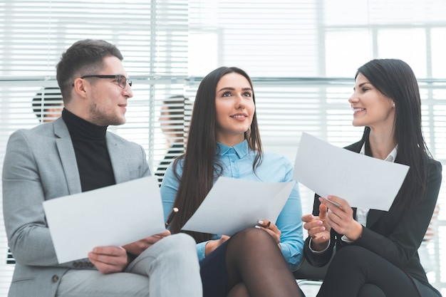 Fechar-se. um grupo de funcionários discutindo o questionário para a entrevista. conceito de negócios