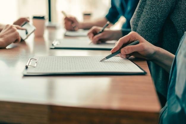 Fechar-se. um grupo de funcionários trabalha com documentos comerciais. conceito de negócios.