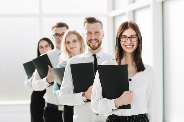 Fechar-se. um grupo de jovens empreendedores na fila