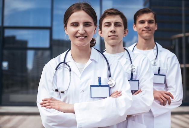 Fechar-se. um grupo de profissionais médicos confiantes, em pé em uma fileira. conceito de proteção à saúde.