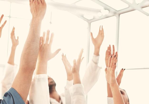 Fechar-se. um grupo de profissionais médicos mostrando sua unidade. conceito de sucesso