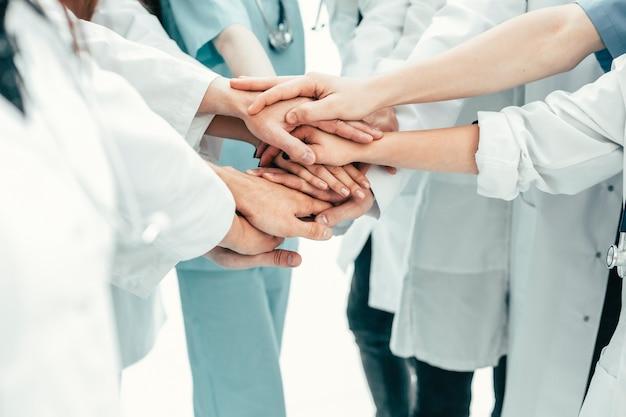 Fechar-se. uma equipe de médicos mostrando sua unidade. o conceito de profissionalismo
