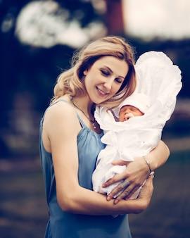 Fechar-se. uma jovem mãe com um bebê recém-nascido. o conceito de felicidade materna