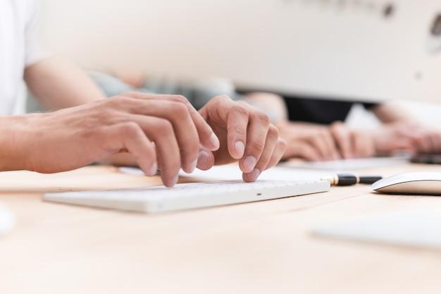Fechar-se. uma mulher de negócios usa um tablet digital sentado em sua mesa. pessoas e tecnologia