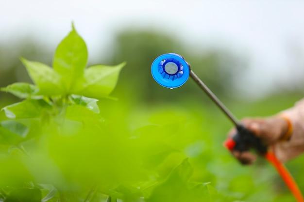 Fechar vista de pulverização de pesticidas no campo agrícola.