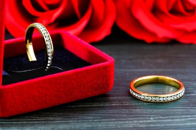 Feche a aliança de casamento de diamante em uma caixa de joias vermelha