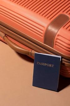 Feche a bagagem preparada para viagens com passaporte