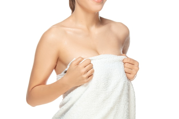 Feche a bela modelo feminino isolado no fundo branco. beleza, cosméticos, spa, depilação, dieta e tratamento, conceito de fitness. fit e esportivo, corpo sensual com pele bem cuidada.