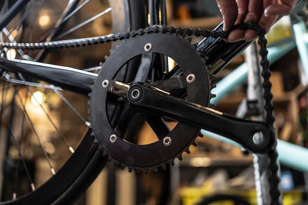 Feche a bicicleta consertando a mão