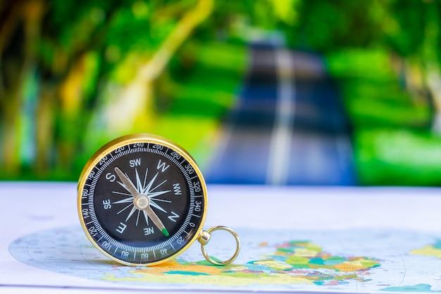 Feche a bússola no mapa de papel, viagens e estilo de vida, gerencie o conceito de tecnologia de negócios de sucesso.