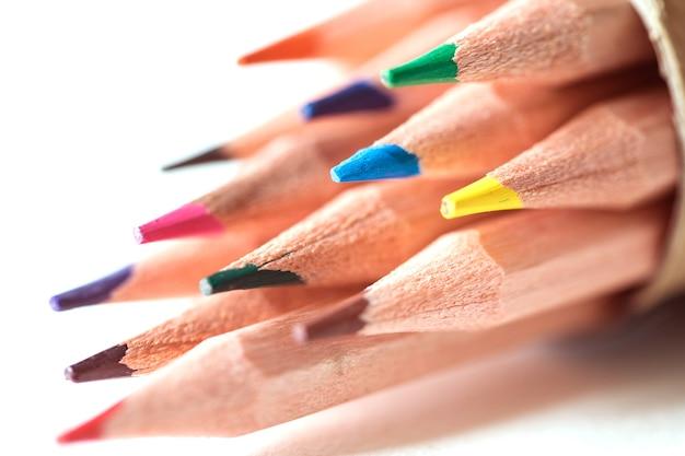 Feche a cabeça do lápis de cor no papel de desenho, criativo e comece o conceito de idéia