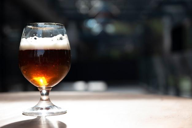 Feche a cerveja artesanal com espaço de cópia