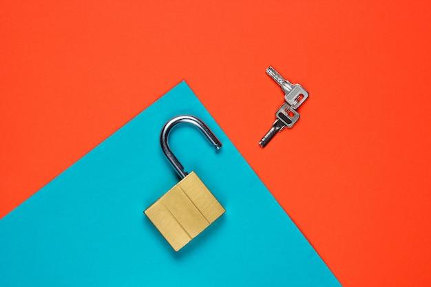 Feche a chave em um papel azul e laranja