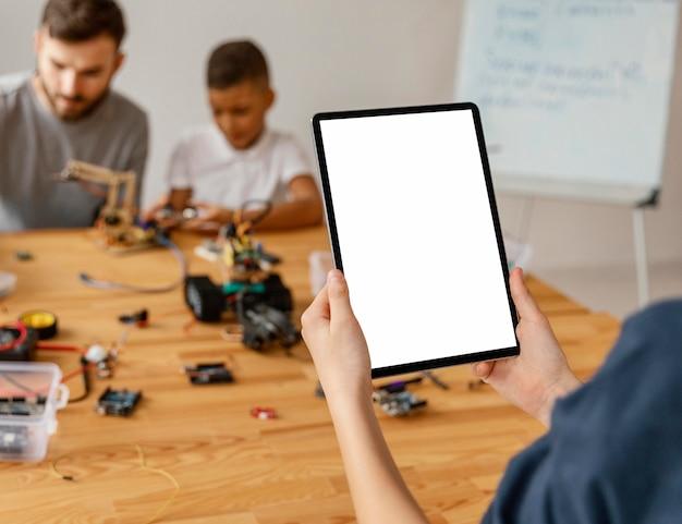 Feche a criança com o tablet Foto gratuita