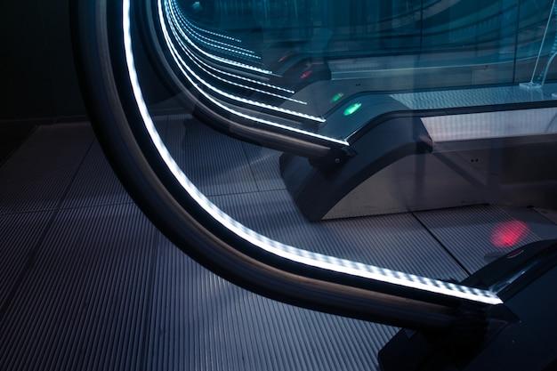 Feche a decoração da escada rolante com sinal luminoso