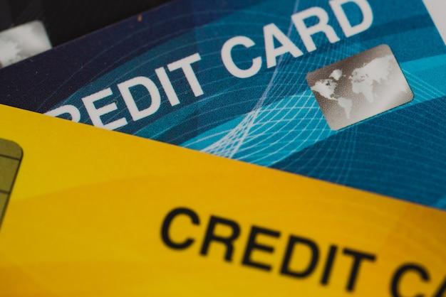 Feche a dívida de finanças de cartão de crédito baleado com foco seletivo para segundo plano.