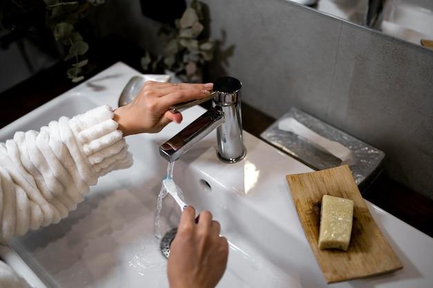 Feche a escova de dentes para limpar as mãos