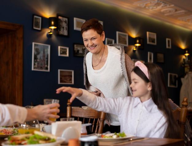 Feche a família sorridente na mesa