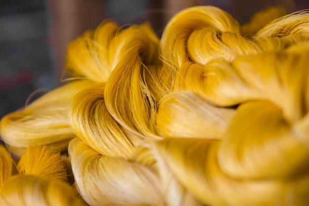 Feche a fibra brilhante de fio de seda produzida por bichos-da-seda.