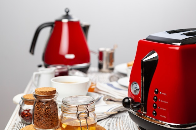Feche a foto da mesa da cozinha com utensílios, utensílios de cozinha com torradas e doces