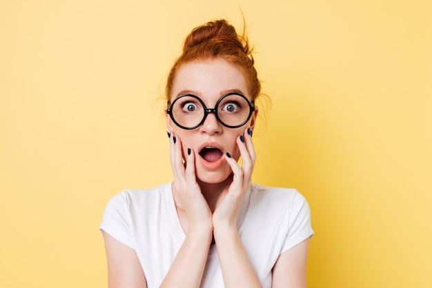 Feche a foto da mulher de gengibre chocado em óculos