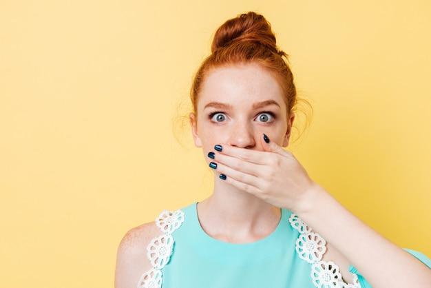 Feche a foto da mulher de gengibre surpreso, cobrindo a boca