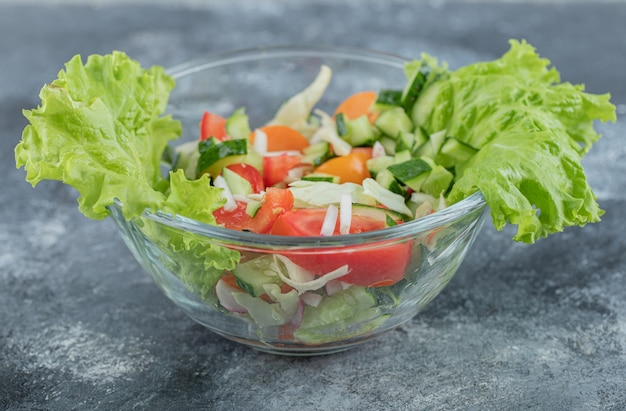 Feche a foto da salada vegan verde da mistura de folhas verdes e vegetais. foto de alta qualidade
