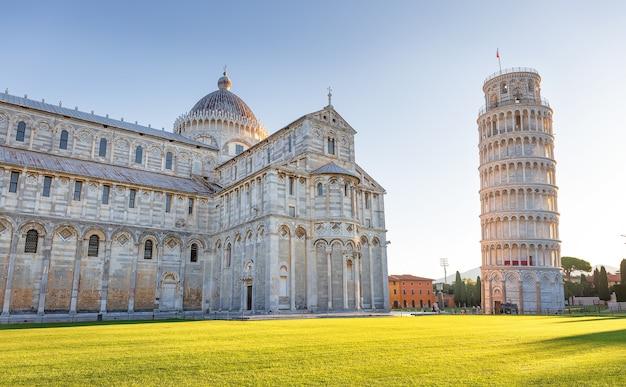 Feche a foto da torre inclinada de pisa, a piazza de miracoli. itália