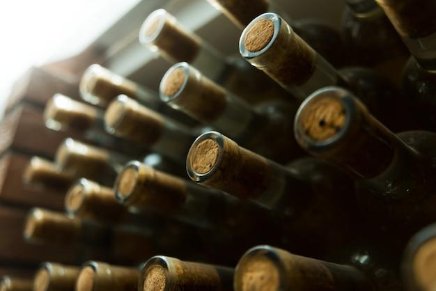 Feche a foto de muitas garrafas de vinho no subsolo, conceito de vinho