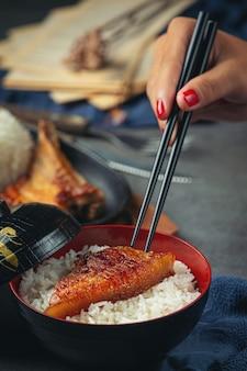 Feche a foto de porco assado e arroz cozido