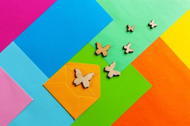 Feche a foto de silhuetas de batterflies em fundo de papel colorido varicoloured. vista de cima, conceito de primavera e vários feriados e eventos
