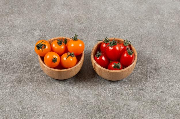 Feche a foto de tomates cereja vermelhos e amarelos.
