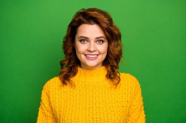 Feche a foto de uma doce mulher feminina, aproveite o inverno, outono, fim de semana, feriado, olhe, sorriso, use roupas de malha quentes elegantes isoladas sobre uma parede de cores vibrantes