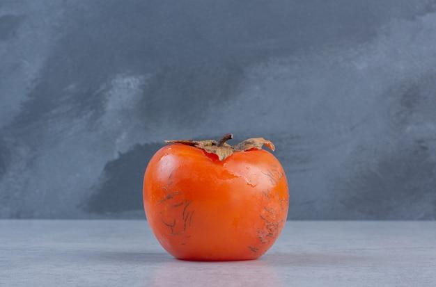 Feche a foto do fruto do caqui laranja maduro.