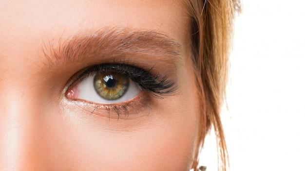 Feche a foto do olho de uma mulher. conceito de visão.