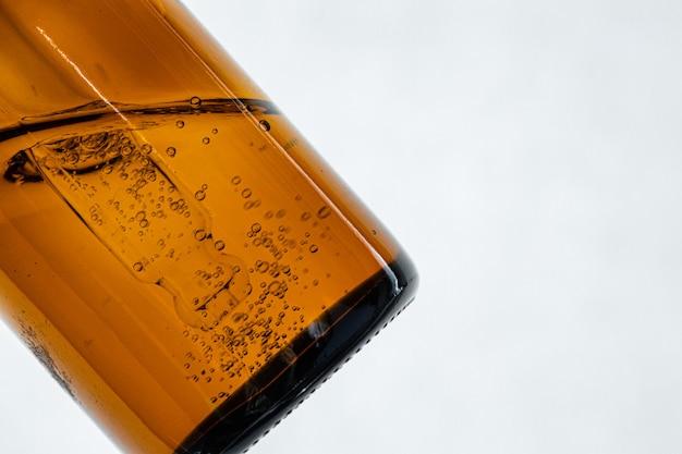 Feche a foto do recipiente de vidro para cosméticos para produtos de textura oleosa