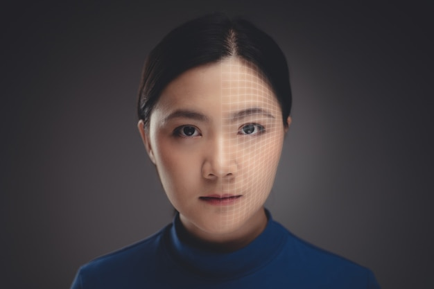 Feche a foto do retrato de mulher asiática e rosto de digitalização de tecnologia. isolado