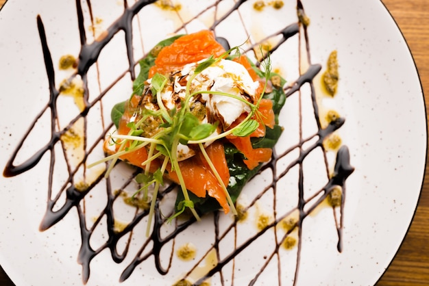 Feche a foto do sanduíche de salmão em um belo prato.