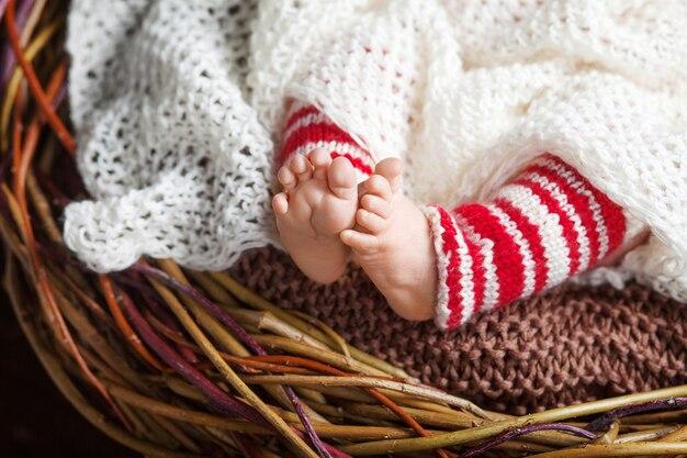 Feche a foto dos pés do bebê recém-nascido, época do natal