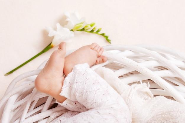 Feche a foto dos pés do bebê recém-nascido
