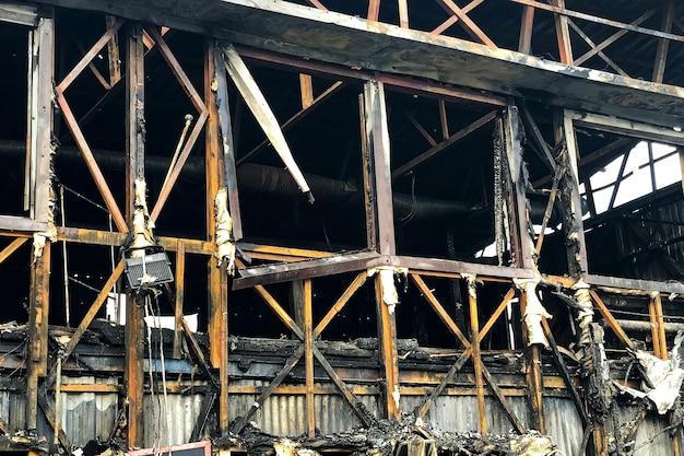 Feche a imagem da casa de madeira queimada.