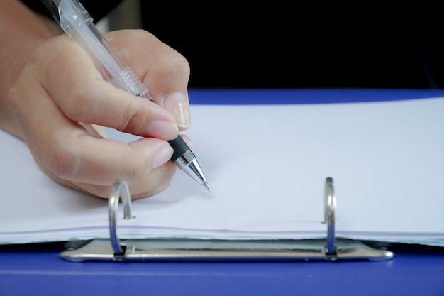 Feche a imagem da empresária assinando o contrato.