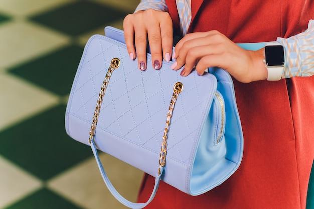 Feche a imagem da mão da mulher, com elegantes relógios clássicos de ouro, detalhes de moda, jovem empresária, cores douradas bege.