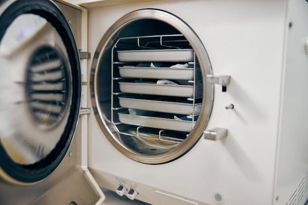Feche a imagem da máquina branca de tecnologia moderna com equipamentos no centro de medicina