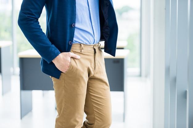 Feche a imagem da moda do pulso em um terno de negócio do homem detalhe de um empresário