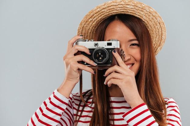 Feche a imagem da mulher asiática despreocupada na camisola