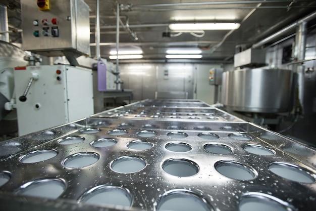 Feche a imagem de fundo de unidades de máquina e equipamentos na fábrica de produção de alimentos limpos, copie o espaço